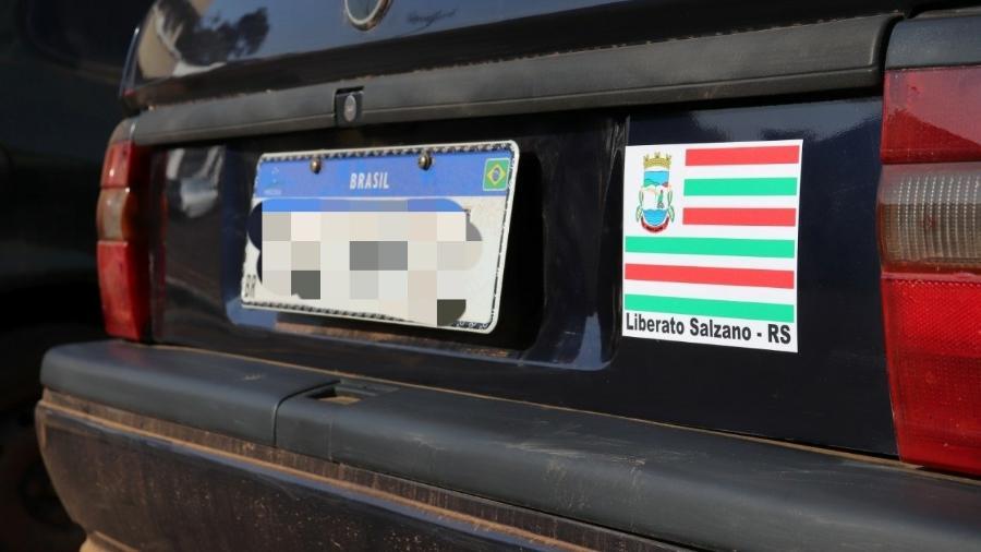 Cidade gaúcha de Liberato Salzano chegou a implementar adesivo para identificar carros registrados no município - Divulgação