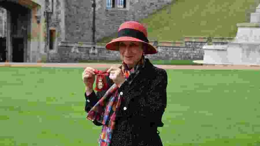 Margaret Atwood com a medalha que recebeu da monarca, no Castelo de Windsor - Reprodução/Twitter
