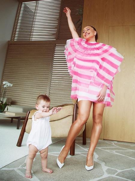 Sabrina Sato se alonga com a filha Zoe - REPRODUÇÃO/INSTAGRAM
