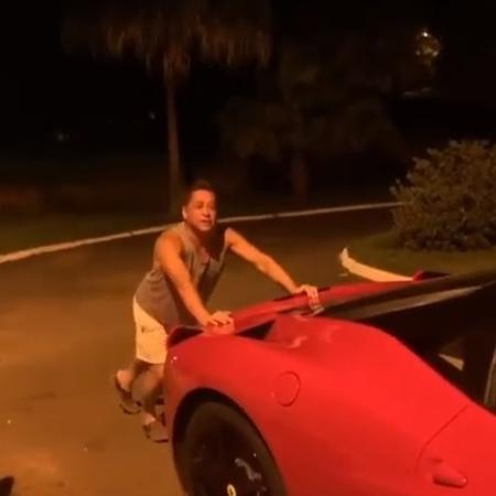 Leonardo empurra Ferrari que ficou sem gasolina - Reprodução/Instagram