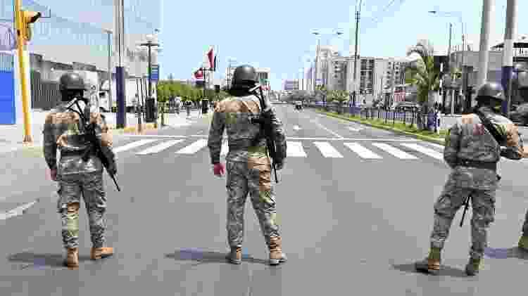 O exército peruano está nas ruas para garantir que as pessoas fiquem em casa - AFP