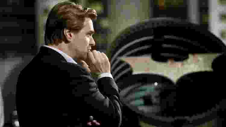 Christopher Nolan posa na frente do Bat-sinal no set da sua trilogia 'Cavaleiro das Trevas' - Stephen Vaughan/Reprodução - Stephen Vaughan/Reprodução