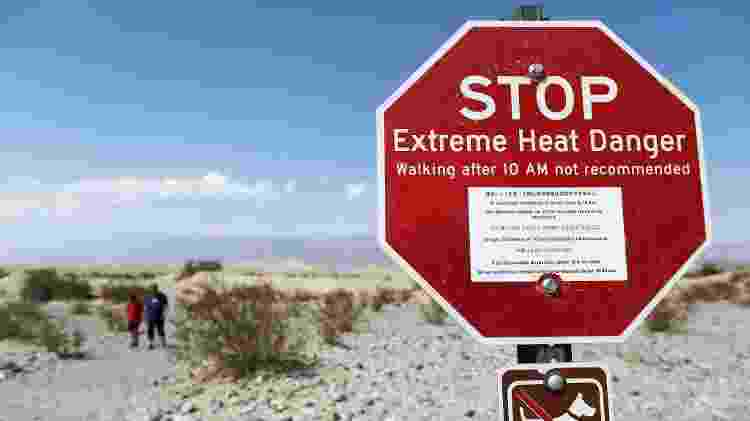 Placa  no Vale da Morte avisa sobre calor extremo e a recomendação de que não se caminhe depois das 10h da manhã - Getty Images - Getty Images