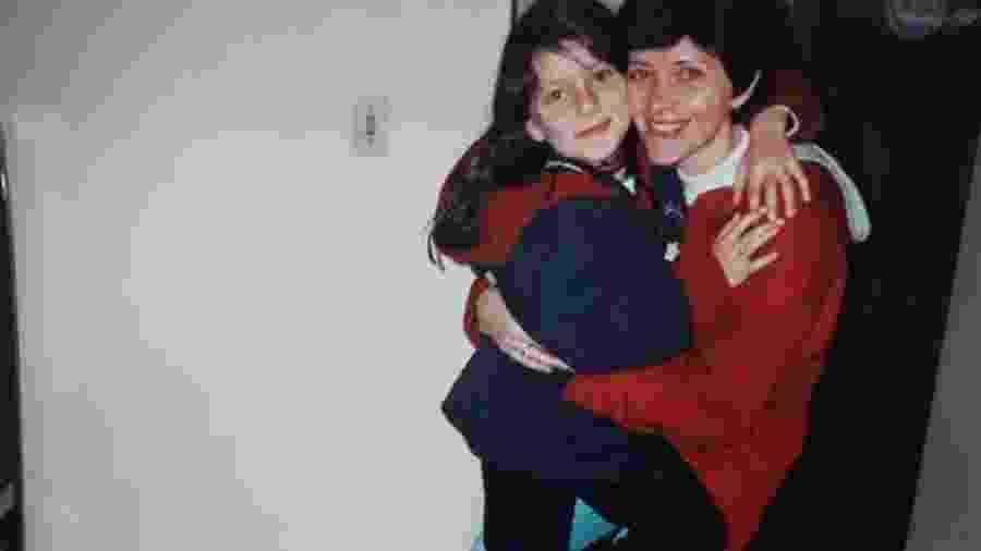 Pâmela abraçada com a mãe usando o casaco de inverno que herdou dela - Arquivo Pessoal