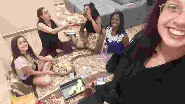 Karina Barbosa da Silva, que está tirando a selfie, com as amigas - Arquivo pessoal - Arquivo pessoal