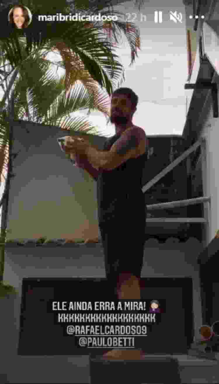 Rafael Cardoso joga encomenda para Paulo Betti por muro - Reprodução/Instagram@maribridicardoso - Reprodução/Instagram@maribridicardoso