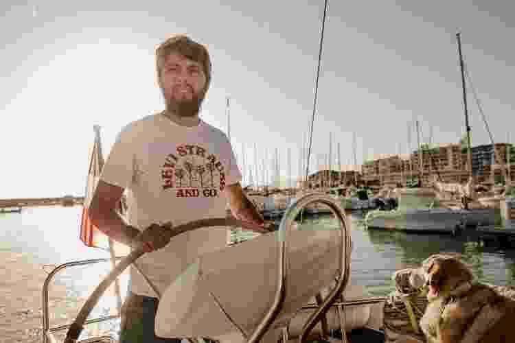 Sandro Masselli e uma das companhias caninas do casal no veleiro - Arquivo pessoal - Arquivo pessoal