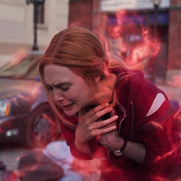 Wanda (Elizabeth Olsen) chora no episódio final de 'WandaVision'