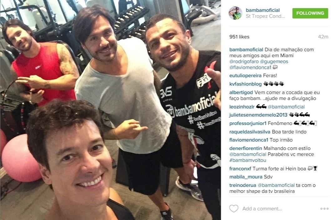 16.jul.2015 - Na tarde desta quinta-feira. Kléber Bambam posto uma foto no Instagram em que aparece ao lado do apresentador Rodrigo Faro e dos gêmeos Flavio e Gustavo Mendonça.