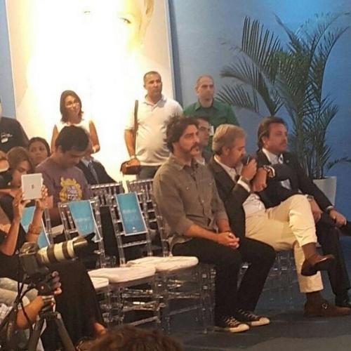11.ago.2015 - Ator Junno Andrade acompanha a coletiva de imprensa da namorada, Xuxa Meneghel, que estreia seu novo programa na Record na próxima segunda-feira
