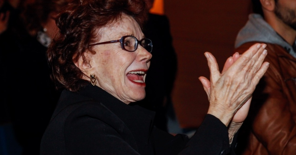 """5.set.2015 - A atriz Miriam Mehler aplaude ao final da peça. Depois de 25 anos longe dos palcos, Tarcísio Meira volta a atuar na peça """"O Camareiro"""", no Teatro Porto Seguro, em São Paulo."""