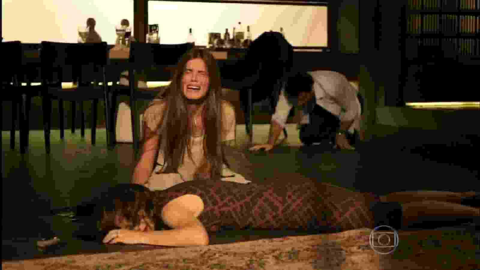 25.set.2015 - Angel chora copiosamente ao ver a mãe morta - Reprodução /Globo