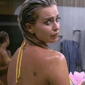 24.set.2015 - Veridiana Freitas mostra tatuagem discreta ao tomar banho - Reprodução/Record