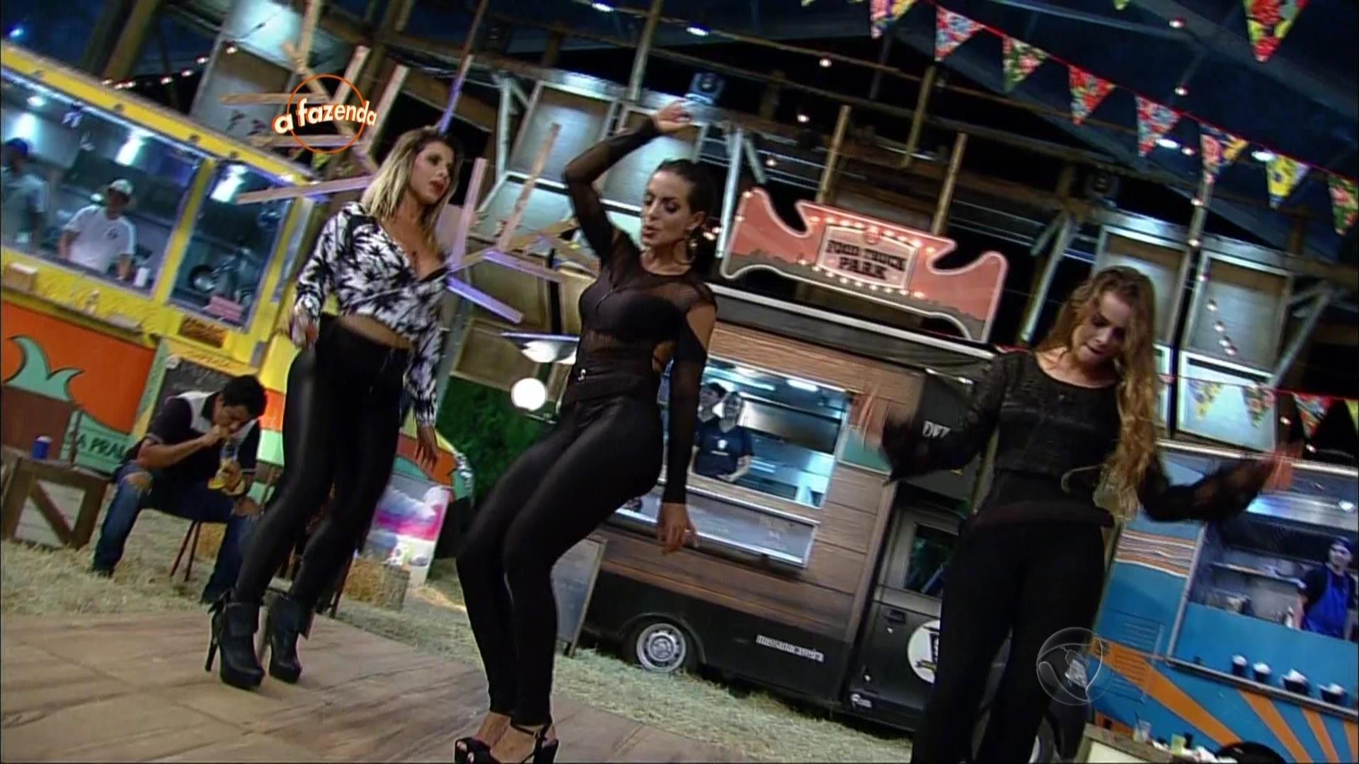13.nov.2015 - As peoas Carla Prata, Rayanne Morais e Ana Paula Minerato dançaram juntas