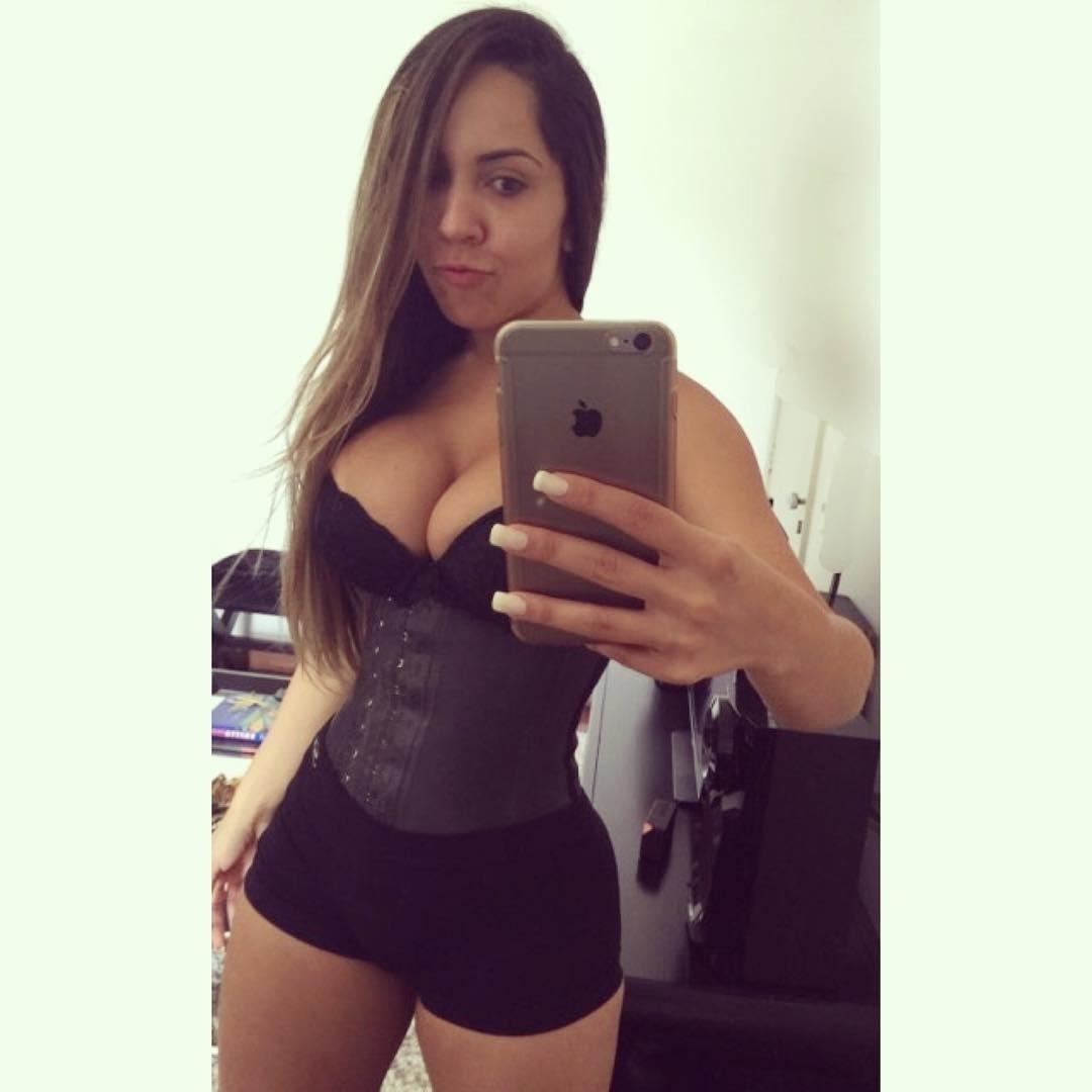504883a96 Fotos  Mulheres contam como é usar corsets e cintas para modelar a ...