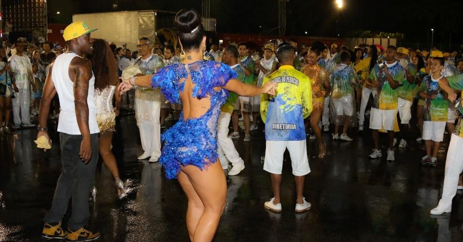 19.dez.2015 - Mesmo chovendo, a modelo Nuelle Alves atravessou a avenida com muito samba no pé durante ensaio técnico da Unidos do Peruche, no Anhembi, em São Paulo