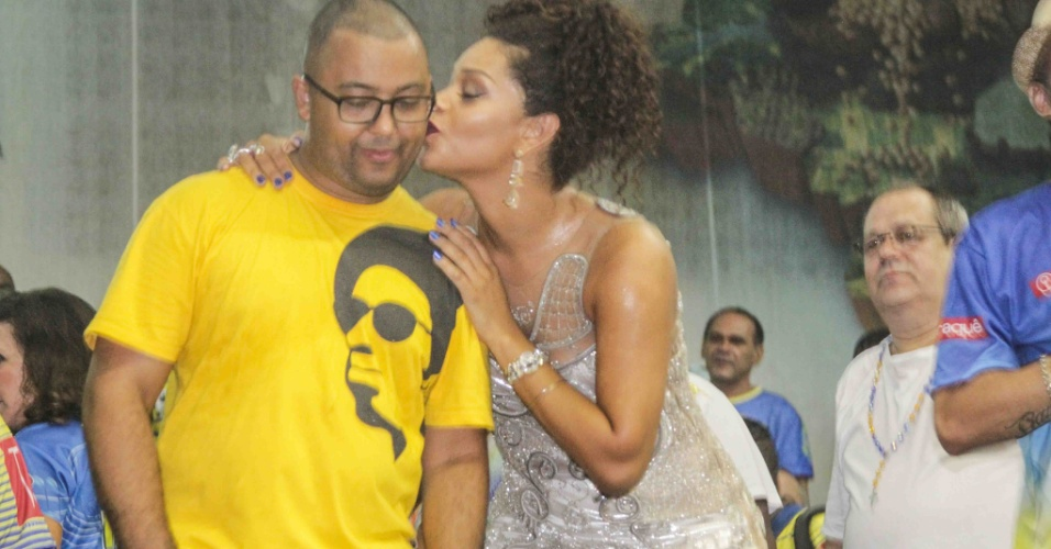 24.jan.2015 - Rainha de Bateria, Juliana Alves beija o sambista Dudu Nobre em ensaio na quadra da escola na noite de sábado (23)