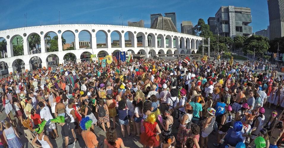 Centenas de pessoas fantasiadas percorrem as ruas do centro da cidade