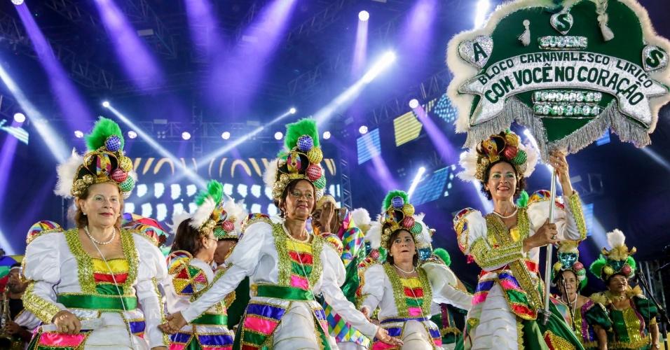8.fev.2016 - Bloco lírico Com Você no Coração desfila no Recife. Blocos desfilam pela rua da Alfândega, av. Marquês de Olinda até o Marco Zero