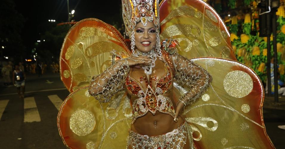 8.fev.2016 - Musa da Unidos da Tijuca se prepara na concentração do desfile que falou sobre agricultura