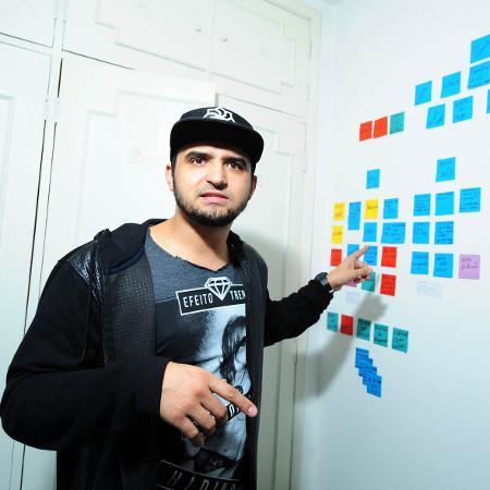 Thiago Ventura mostra a parede de seu quarto repleta de post-its com ideias para novos espetáculos - Junior Lago/UOL