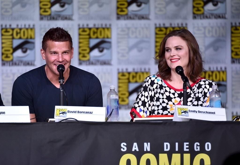 22.jul.2016 - Os atores David Boreanaz e Emily Deschanel conversam com o público durante painel da série