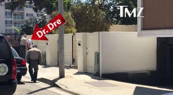 O site especializado em celebridades TMZ divulgou imagens do momento em que o rapper Dr. Dre é algemado por policiais em frente à casa dele, em Malibu