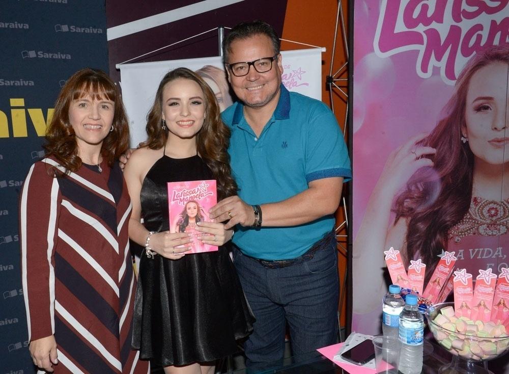 Aos 15 anos, Larissa Manoela abre diário e vira autora mais vendida do país  - 07 09 2016 - UOL Entretenimento a8cb1ff361