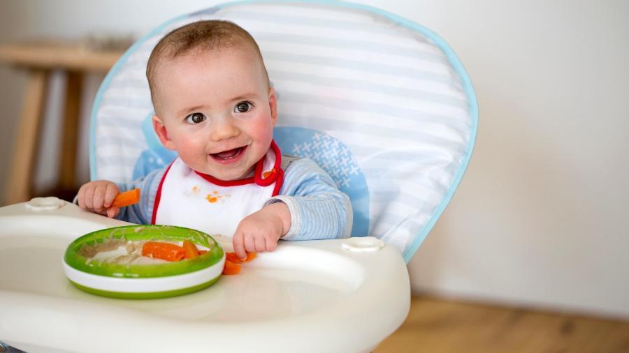 Mesmo pegando os alimentos sozinho, o bebê precisa de supervisão de um adulto na hora de comer - Getty Images