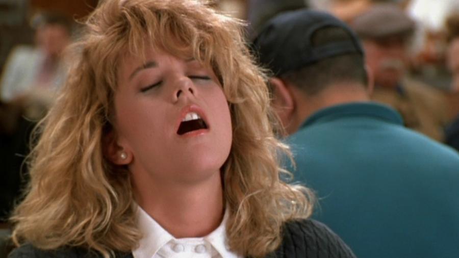 """Meg Ryan fingindo orgasmo em cena icônica de """"Harry & Sally - Feitos um para o Outro"""" (1989) - Divulgação"""