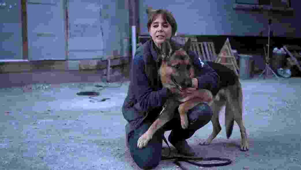 """A treinadora Matilda de Cagny com um pastor alemão nos bastidores de """"Quatro Vidas de um Cachorro"""" - Reprodução"""
