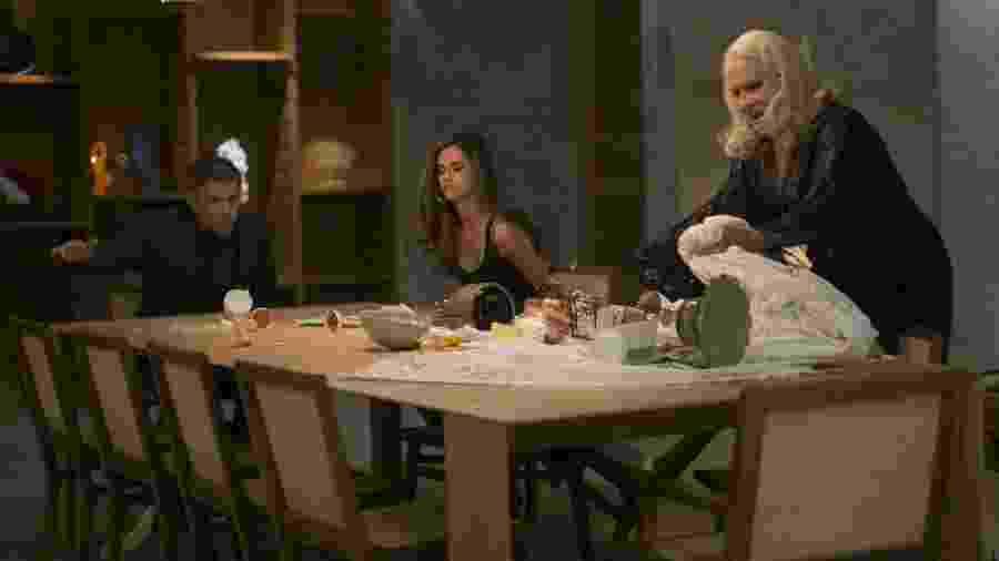 """Magnólia (Vera Holtz) faz barraco ao ver Aline (Arianne Botelho) tomando café com Tião (José Mayer) em """"A Lei do Amor"""" - Reprodução/GShow"""