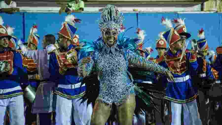 """Técnica em contabilidade, Marta se dedica ao samba quando chega o Carnaval. Ela é rainha de bateria da escola Galeria do Ritmo, e garante: """"Na terra do frevo, ser sambista tem que ter paixão e resistência"""" - Tiago Calazans/UOL"""