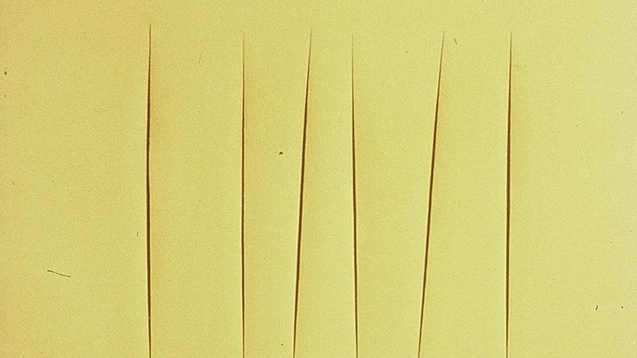 """Uma das obras da série """"Concetto Spaziale"""", de Lucio Fontana - Reprodução"""