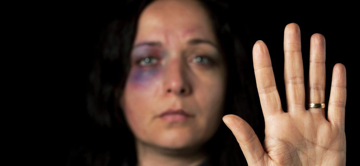 """""""A violência não precisa partir do marido para se enquadrar na lei. Pode vir de companheiras mulheres ou outros membros da família"""" - Getty Images"""