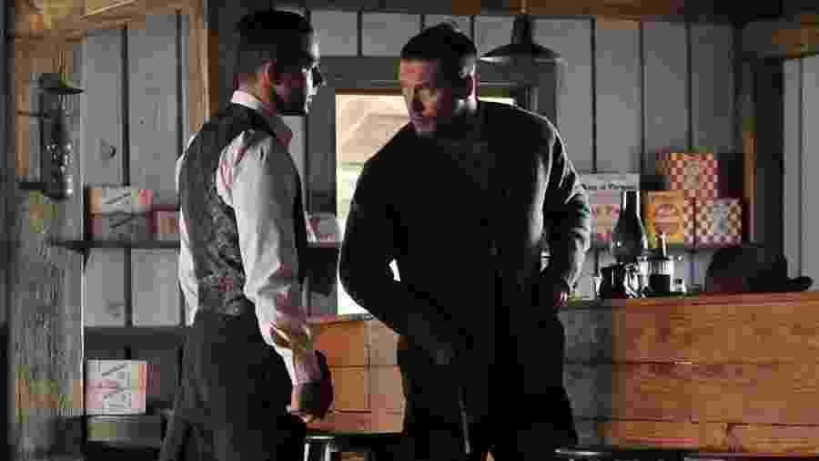 """Shia LaBeouf  e Tom Hardy atuam juntos em cena de """"Os Infratores"""" - Divulgação"""