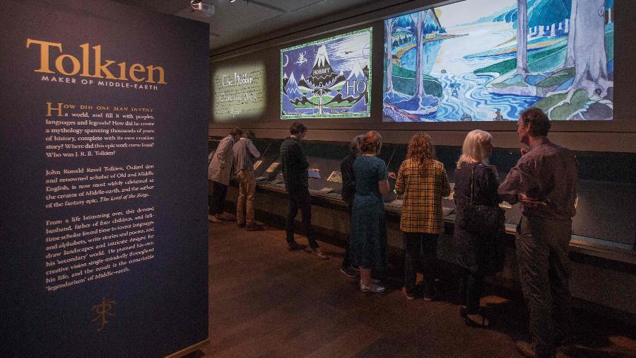 Pessoas visitam prévia de exposição sobre J. R. R. Tolkien, em Oxford, no Reino Unido - Daniel Leal-Olivas/AFP