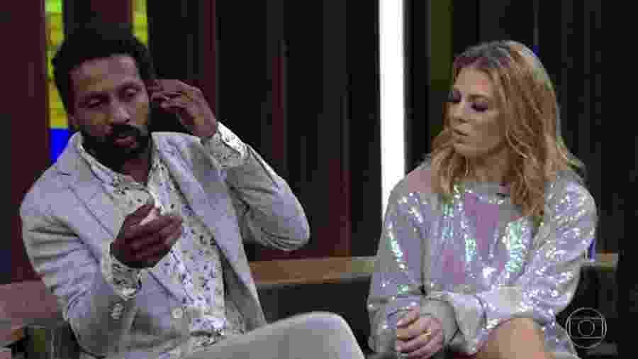 """Luis Miranda ao lado de Sheila Mello no """"Conversa com Bial"""" - Reprodução/Globoplay"""