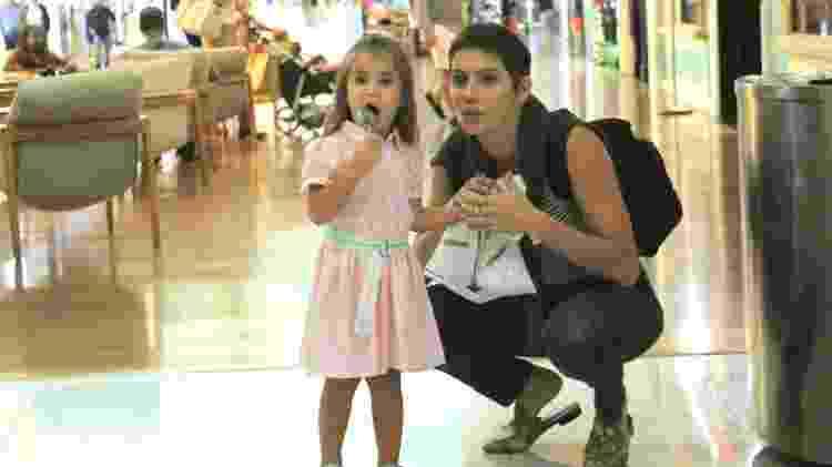 Deborah Secco passeia com a filha Maria Flor por shopping carioca - J. Humberto/Ag.News - J. Humberto/Ag.News