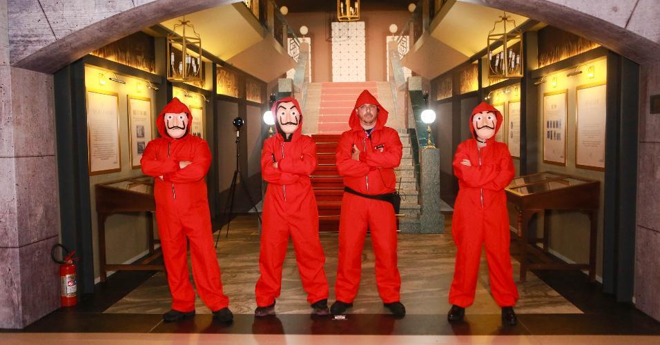 Em uma estrutura que imita a Casa da Moeda da Espanha, público é recebido por quatro mascarados usando macacões vermelhos e pode entrar em um cofre, negociar com a polícia ou até visitar a sala de aula em que o Professor treinava sua trupe