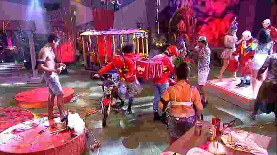 "Brothers recebem pedidos delivery na festa do ""BBB19"" - Reprodução/GloboPlay"