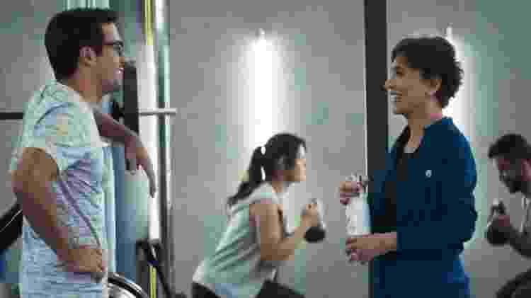 Zé Hélio (Bruno Bevan) flerta com Beatriz (Natália do Vale) em academia - Reprodução/Globo