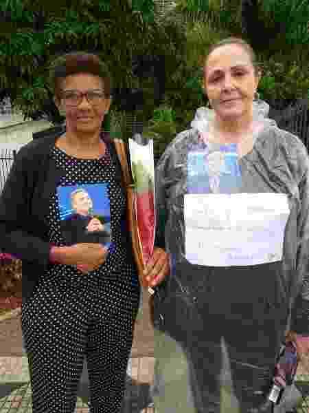 Fãs posam com fotos de Gugu, compradas de ambulantes na fila do velório da Alesp - Paulo Pacheco/UOL - Paulo Pacheco/UOL