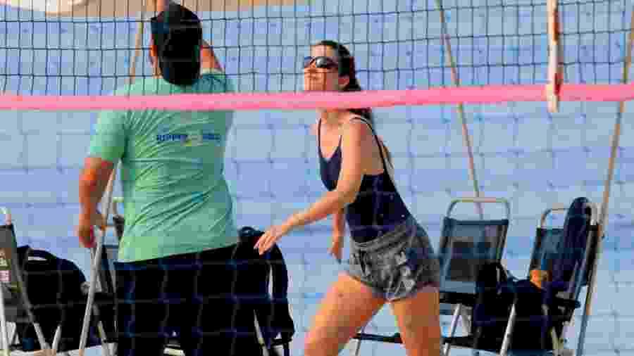 Nathalia Dill aparece jogando vôlei em praia no Leblon - AgNews