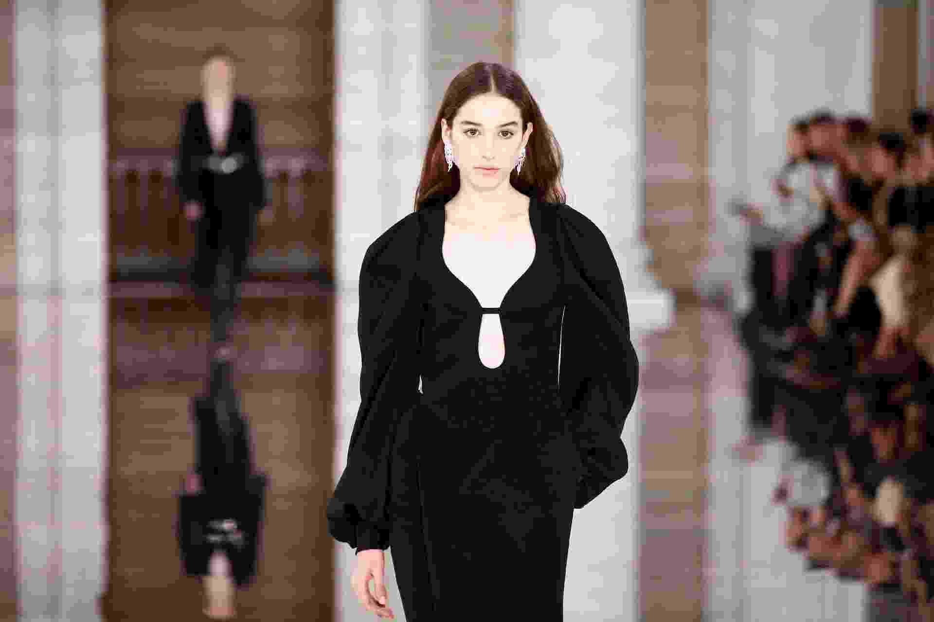 Victoria Beckham desfilou sua nova coleção na Semana de Moda de Londres neste domingo (16) - Reuters