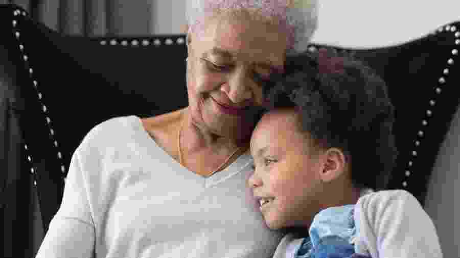 Em tempos de isolamento, avós e crianças precisam ficar distanciados  - FatCamera/Getty Images