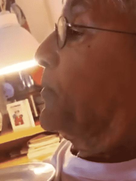 Caetano Veloso come paçoca em vídeo feito pela mulher e se mostra irritado com os dias em casa - Reprodução/Instagram