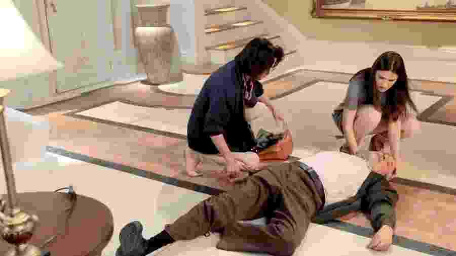 Luisa e Glória chegam em casa e encontram Antônio caído no chão - Lourival Ribeiro/ SBT