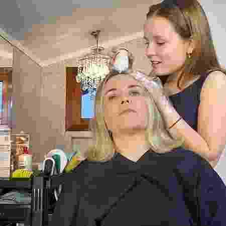 Larissa Manoela pinta o cabelo da mãe durante a quarentena - Reprodução/Instagram