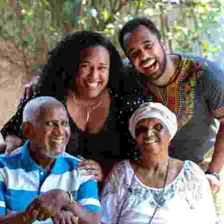 Clementino Kelé e Chica Xavier (sentados) e os netos Luana Xavier e Ernesto (em pé) - Arquivo Pessoal - Arquivo Pessoal